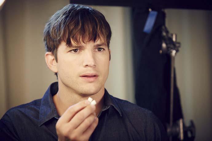 Ashton Kutcher recurre a Orbit para deshacerse de una pizza insistente.