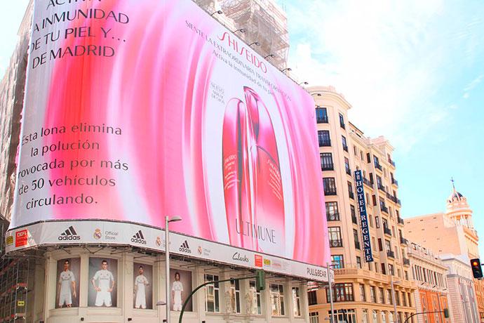 valla antipolución de Shiseido en Madrid.