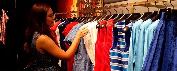 gente comprando artículos de lujo en tienda física