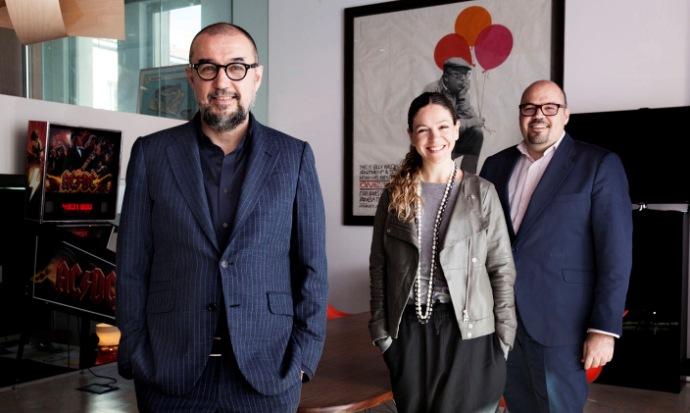 Equipo directivo de Spainmedia Partners. De izquierda a derecha, Andrés Rodríguez, presidente y editor; Arantza Aztarain, socia y directora general de L'Officiel; y Carlos Sánchez, director general.