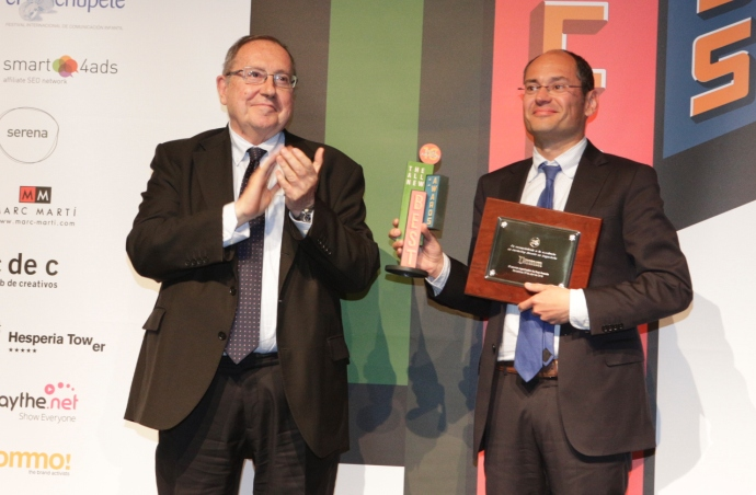 Jaume Alemany, de Damm, recibe el premio a la excelencia en marketing.