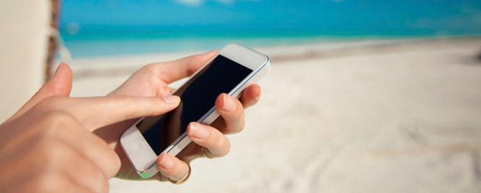 Los españoles no sueltan el móvil ni en vacaciones