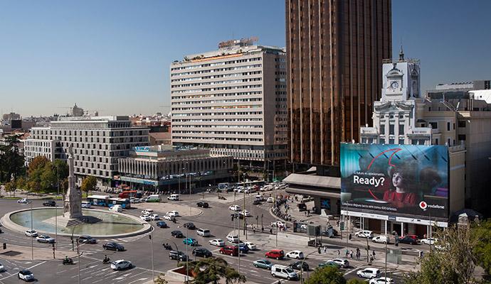 Dos lonas publicitarias de Vodafone absorben la contaminación ambiental en Madrid y Bilbao