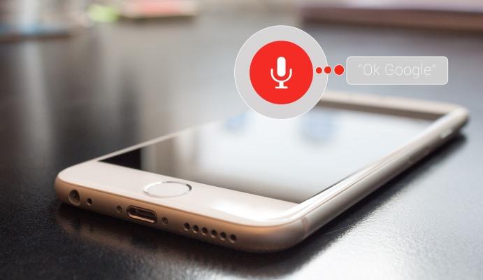 Imagen de un teléfono móvil con el símbolo del micrófono.