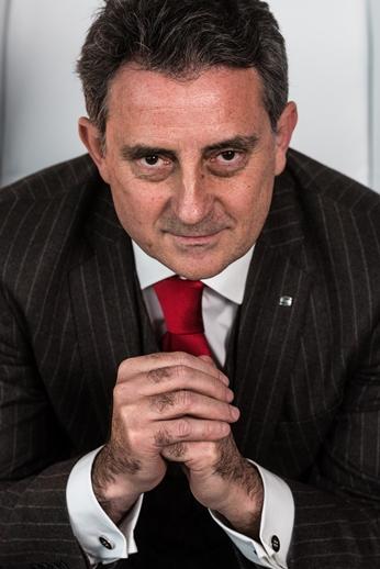 Fotografía de plano medio de Gabriele de Palma, director de marketing de SEAT España.
