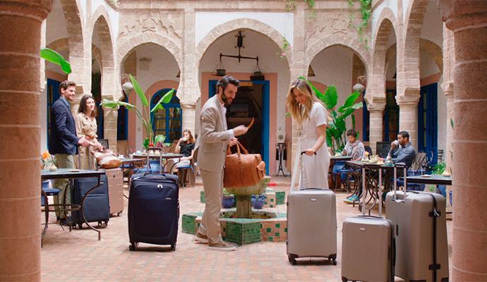 La nueva campaña de Cortefiel, una de las marcas de Tendam, está protagonizada por Eva González, Martina Klein y Javier Rey.