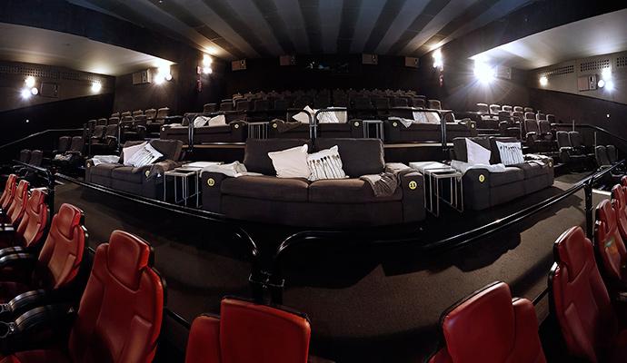 Ikea transforma el patio de butacas de 16 cines en el 'salón de casa'