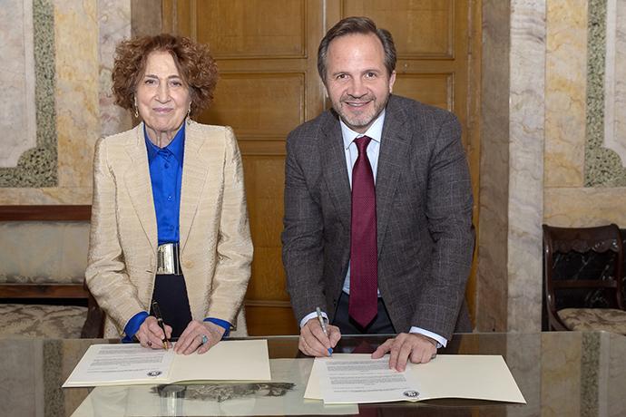 Carmen Iglesias, directora de la Real Academia de la Historia, y Pablo Alzugaray, responsable de la Academia de la Publicidad.