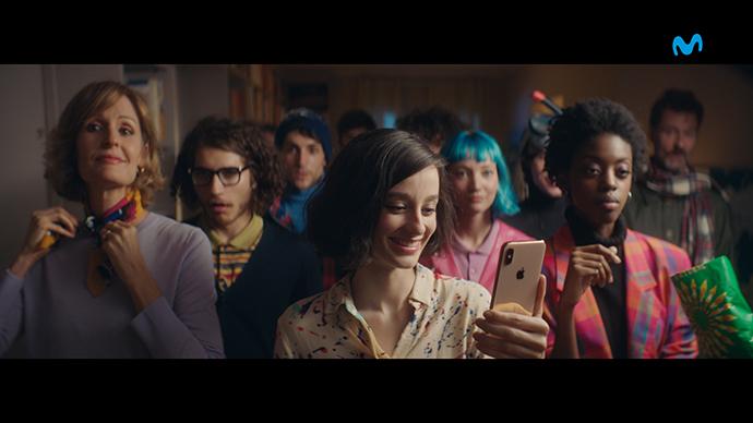 Fotograma del spot de la campaña titulada '32 amigos' creada por McCann para Movistar y Apple.
