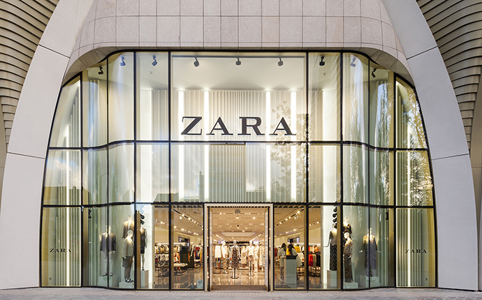 Zara, perteneciente al Grupo Inditex, se mantiene como la primera marca nacional más valiosa, ocupando el puesto 92 (Fachada de una tienda de Zara en Bruselas).