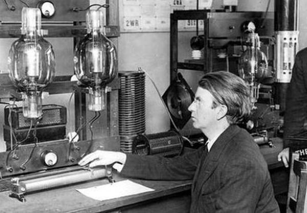 El ingeniero y físico escocés John Logie Baird quien realizó en su laboratorio del distrito del Soho en Londres la primera demostración pública, el 26 de enero de 1926.
