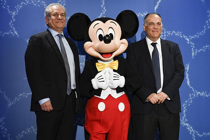 Javier Tevas, presidente de LaLiga; Mickey Mouse; y Simon Amselem, ejecutivo de Disney Iberia, durante la firma de la alianza.