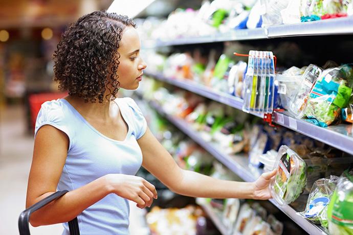 Una mujer comprando en un supermercado