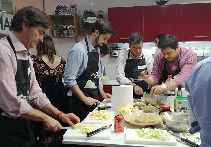 Uno de los grupos de Digital Show Cooking con las manos en la masa.