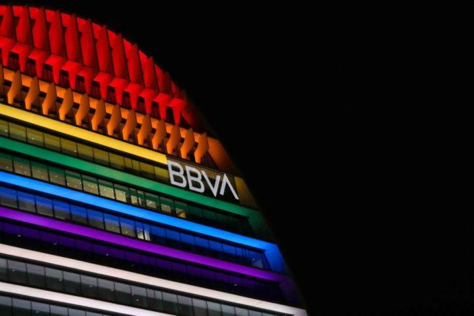 La Vela de BBVA iluminada con los colores de la bandera LGTBI