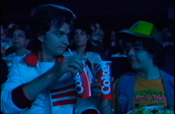 La cuenta de Twitter de Stranger Things publica lo que sería un anuncio de Coca-Cola con los personajes de la serie