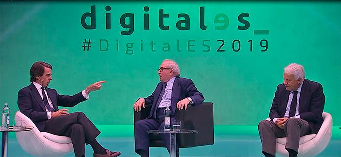 Los expresidentes de gobierno José María Aznar (izquierda) y Felipe González (derecha) cerraron DigitalES junto a Eduardo Serra, presidente de la asociación.