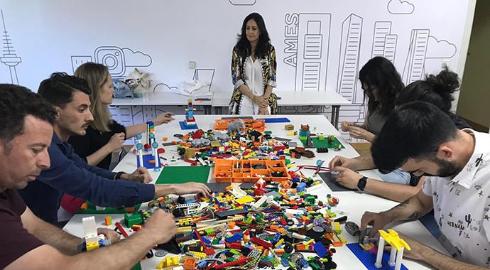 Imagen de la clase de Lego Serious Play, impartida por Cristina Recuero, junto a su compañero Fabio xxx.