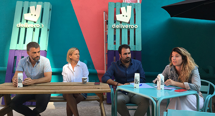 David Álvarez, senior national account manager & virtual brands project leader Spain en Deliveroo, el segundo desde la derecha, junto a partners del proyecto Deliveroo Editions.