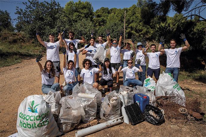 Un grupo de empleados de Danone limpia el Parque Natural de Collserola