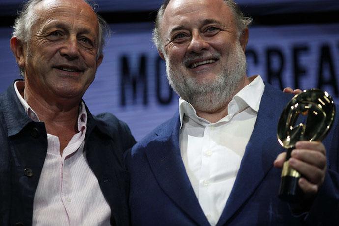 """Entrega de premio a """"Uplifted Alex"""" de Mercado McCann para Coca Cola como Mejor Campaña Creativa en el Ámbito del Fútbol"""