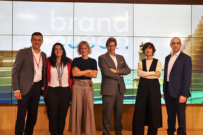 Equipo de OMG y de sus agencias de medios junto al experto en marcas Félix Muñoz.
