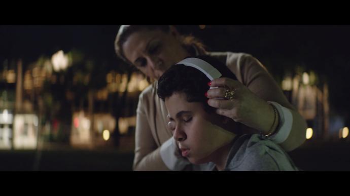 Santander presenta 'Fieeld', un dispositivo que permite a los ciegos sentir el fútbol