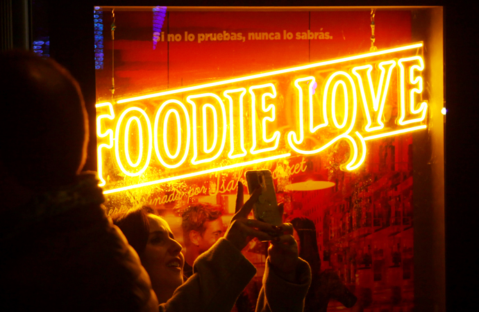 Luces de neón, clave en campaña de la nueva serie de HBO: Foodie Love