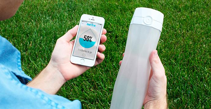 La típica botella conectada que nos dice cuánta agua queda (https://hidratespark.com/).