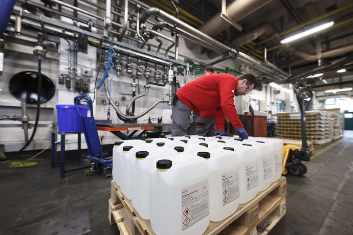 Elaboración de geles desinfectantes en la planta de Henkel.