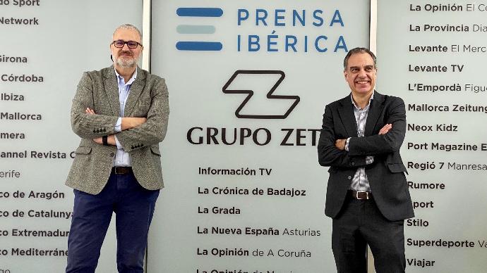 Nacho Azcoitia (izquierda) junto a Carlos Bravo, director de marketing de Prensa Ibérica, durante la presentación de la nueva política comercial del grupo.