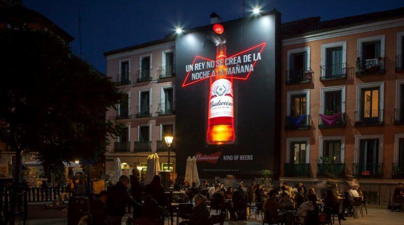 'Un rey no se crea de la noche a la mañana'. Budweiser se 'despliega' en Malasaña